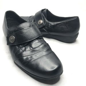 Munro American Slip On Flat Black Leather Button